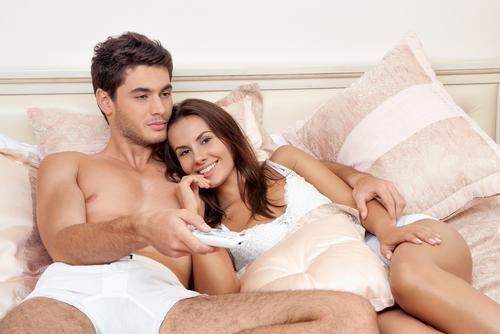 Una pareja viendo una película erótica